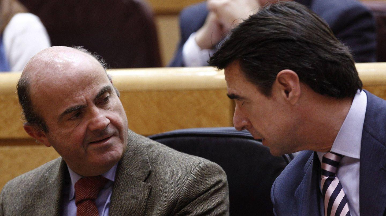 Luis de Guindos y José Manuel Soria. (Efe)