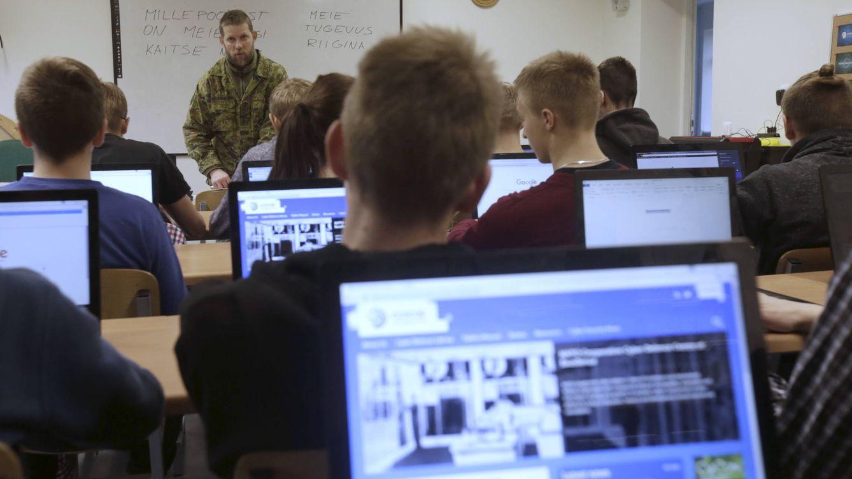 Foto: Estudiantes estonios reciben una clase de ciberdefensa en Poltsamaa, el pasado mes de diciembre. (Reuters/Ints Kalnins)