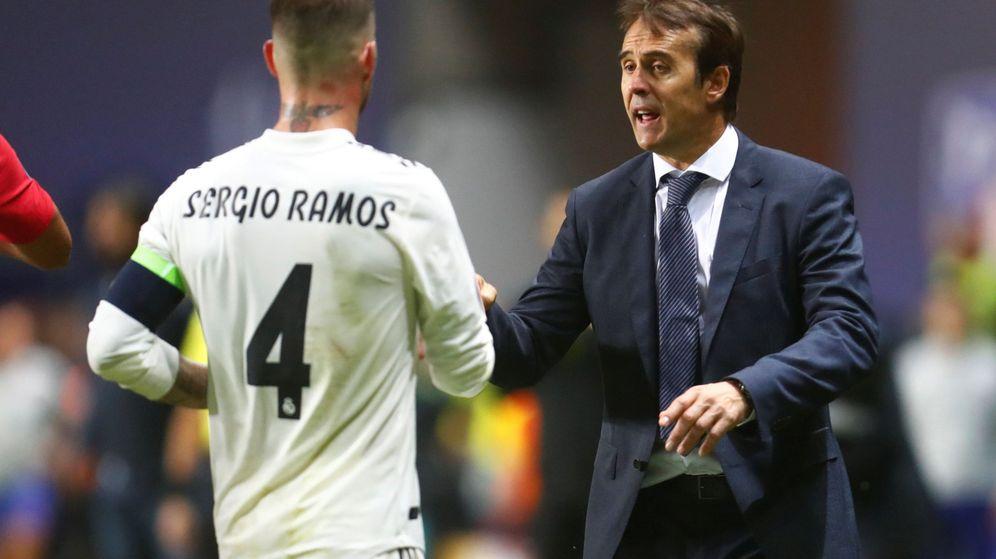 Foto: Julen Lopetegui habla con Sergio Ramos, capitán del Real Madrid. (Reuters)