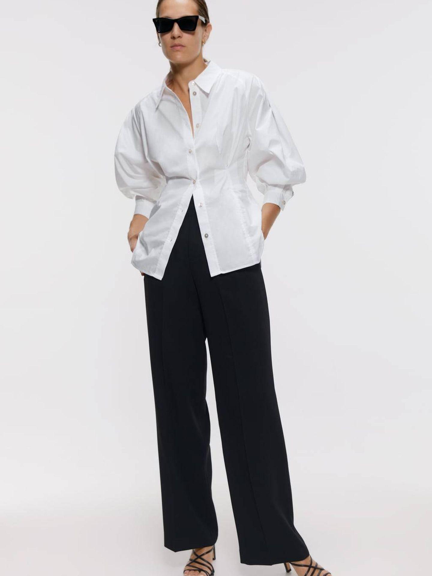 Un total look, camisa blanca (19,95 €) y pantalón negro (39,95 €) de Zara. (Cortesía)