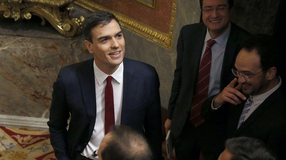 Foto: El secretario general del PSOE, Pedro Sánchez (i), con varios diputados del grupo socialista tras su intervención en la primera jornada de la sesión de su investidura. (EFE)
