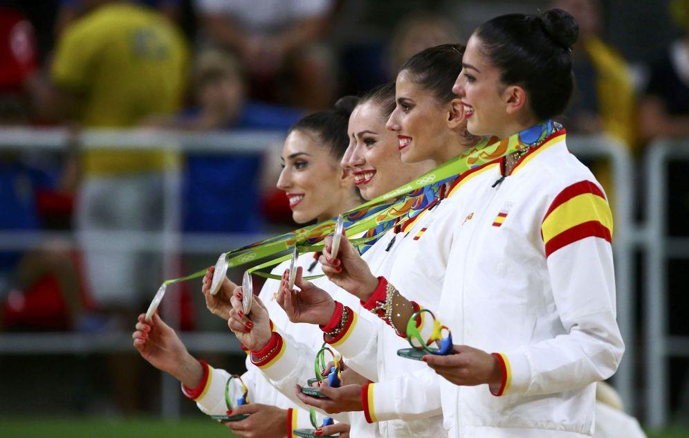 Foto: El equipo de gimnasia rítmica posa con la plata. (David Gray/Reuters)