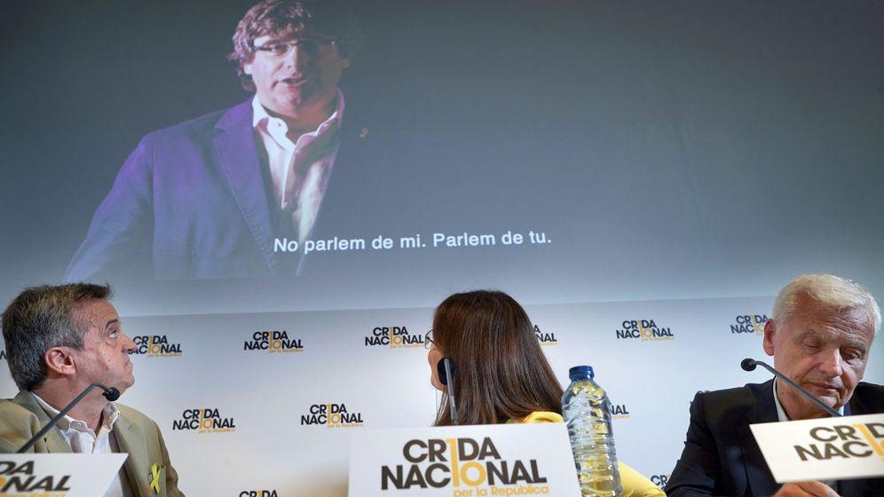 Foto: Los portavoces de la Crida Nacional per la República, Gemma Geix (c), Ferran Mascarell (d) y Antoni Morral (i), durante la rueda de prensa. (EFE)