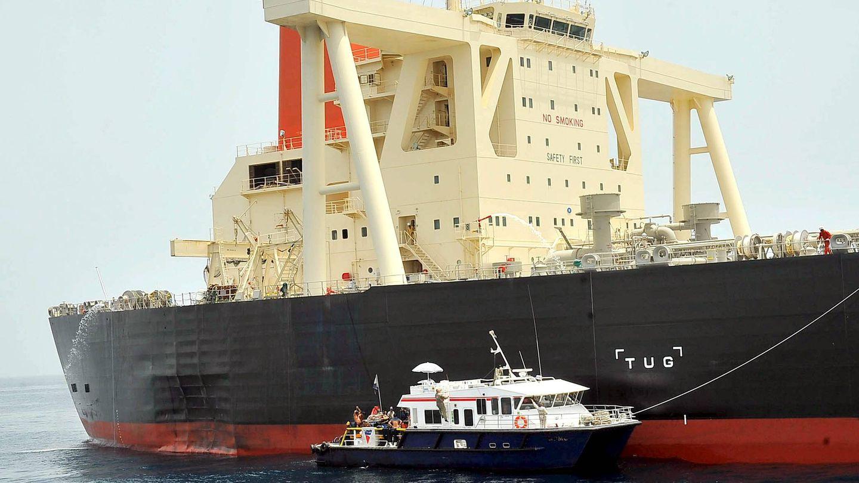 El petrolero japonés 'M.Star' sufrió una explosión el miércoles 28 de julio de 2010, cuando navegaba en el estrecho de Ormuz. Imagen cedida por la Agencia de Noticias Emiratos (WAM)