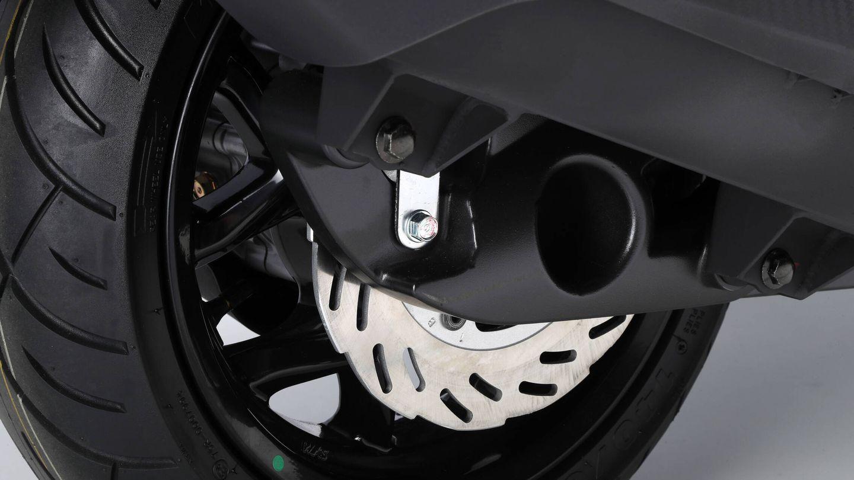 Bien servido de frenos con disco delantero de 260 milímetros y trasero de 240 mm, complementados con un ABS Bosch 10.0 de última generación.