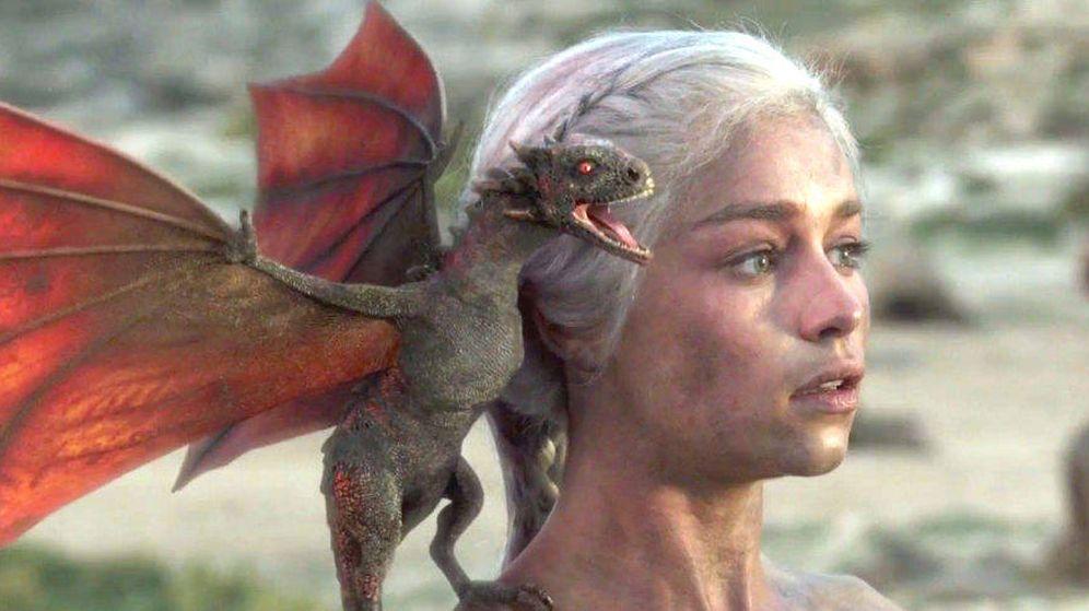 Foto: Daenerys con su bebé dragón al final de la primera temporada de 'Juego de tronos'. (HBO)