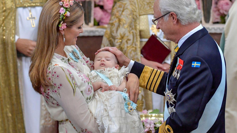 Carlos Gustavo y Magdalena de Suecia en el bautizo de la princesa Adriana. (Reuters)