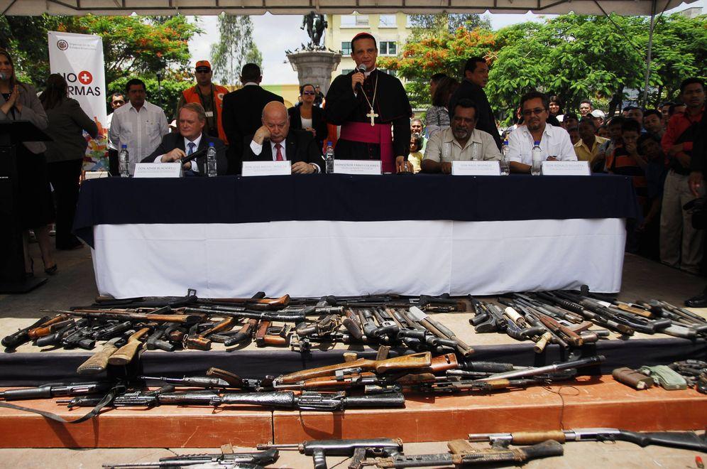Foto: El obispo Fabio Colindres participa en una entrega de armas de las maras en San Salvador, en julio de 2012. (Reuters)