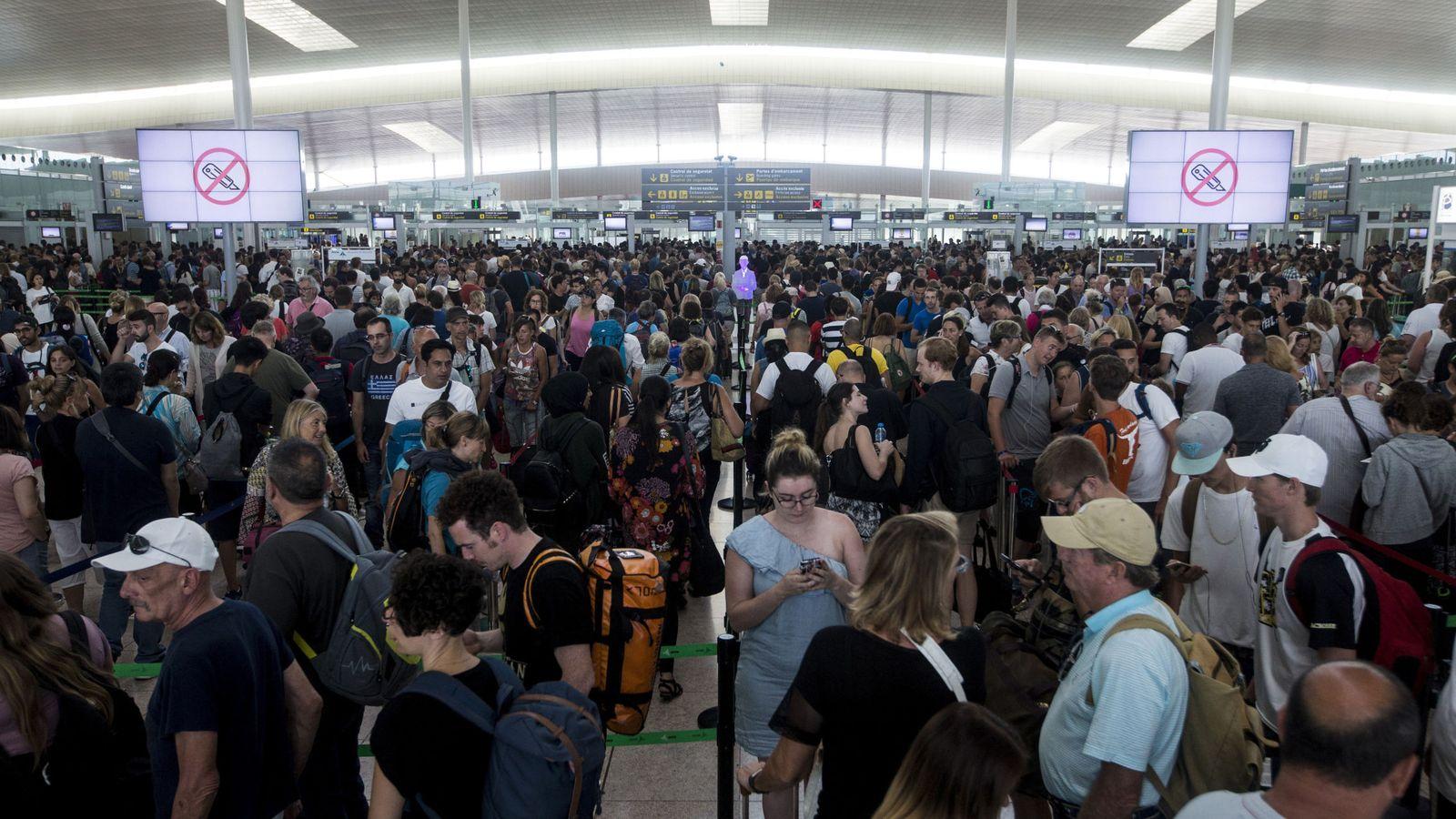 Foto: Las colas para acceder al control de seguridad del Aeropuerto de Barcelona-El Prat este lunes. (EFE)