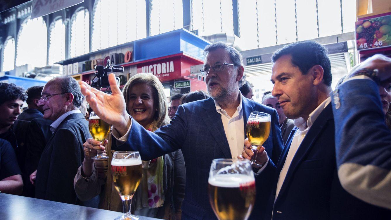 Foto: Mariano Rajoy (c), el presidente del PP andaluz, Juanma Moreno y la ministra de Empleo y Seguridad Social, Fátima Báñez, toman unas cañas en el Mercado de Atarazana, Málaga. (EFE)