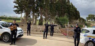 Post de Policías mallorquines cantan en la calle para entretener a los vecinos confinados