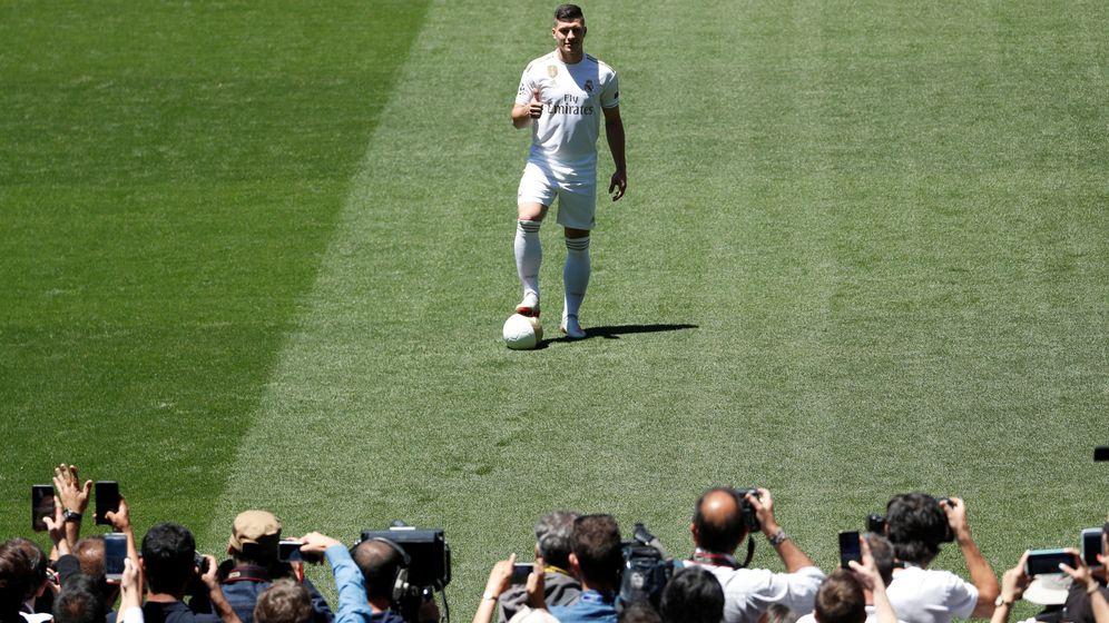 Foto: Luka Jovic posa para los fotógrafos en el césped del Santiago Bernabéu. (Reuters)