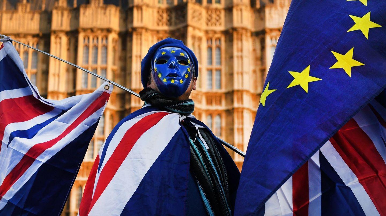 Un activista pro Unión Europea se manifiesta a las puertas del Parlamento británico. (EFE)