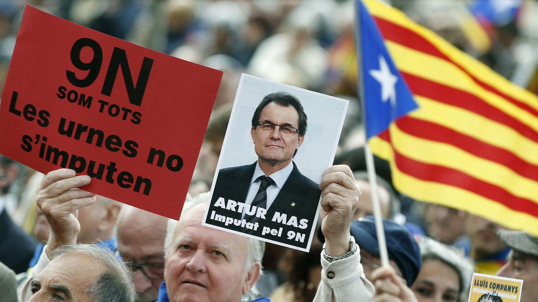 Manifestantes por la independencia de Cataluña sostienen el retrato de Artur Mas. (EFE)