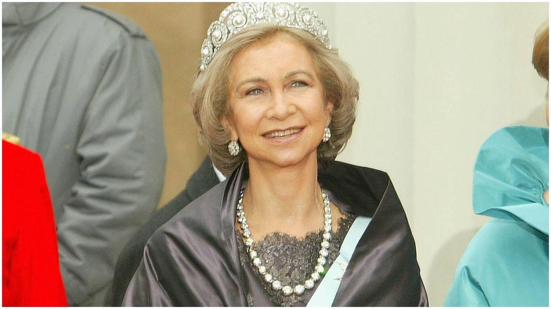 La reina Sofía, con uno de los collares de chatones en la boda de Federico y Mary de Dinamarca en 2004. (Getty)