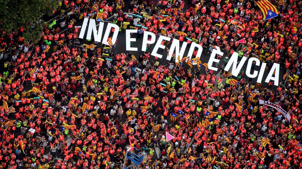 Foto: Imagen aérea de la Diada en la que un grupo de personas sujeta la palabra independencia. (Reuters)