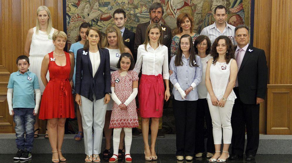Foto: La Asociación Piel de Mariposa, en una entrevista con la reina Letizia el pasado verano. (EFE)