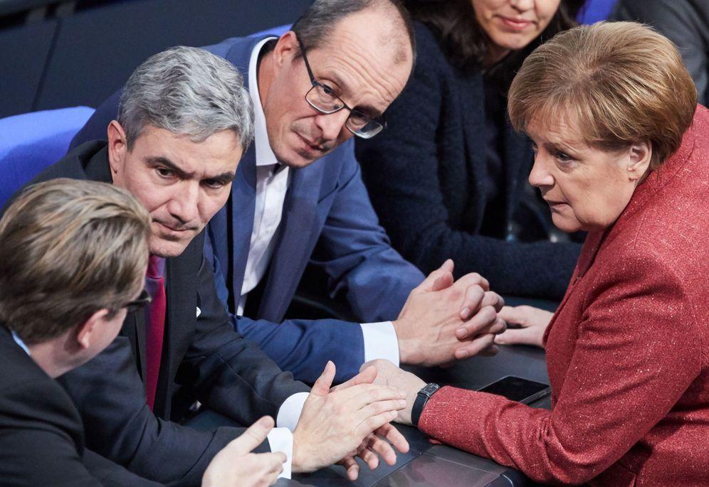 Foto: Angela Merkel conversa con Stephan Harbath, miembro del Tribunal Constitucional Federal. (EFE)