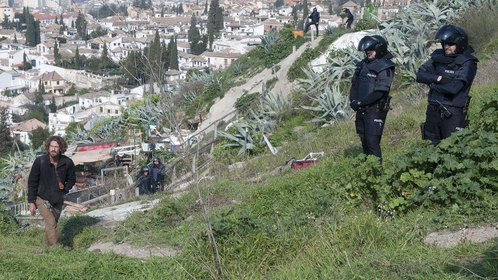Foto: Foto de archivo de miembros de la Policía Nacional custodiando los trabajos de demolición de las casa-cuevas que han sido desalojadas en el Cerro de San Miguel, en el barrio de Sacromonte de Granada (EFE)