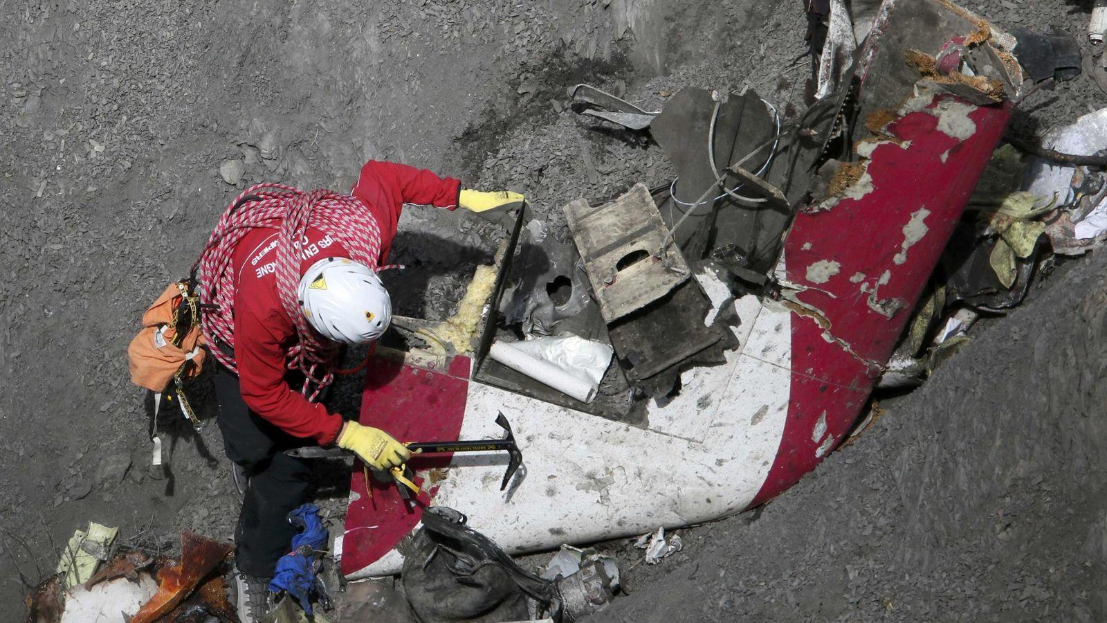 Foto: Uno de los trabajadores del equipo de rescate del avión siniestrado en los Alpes. (Reuters)