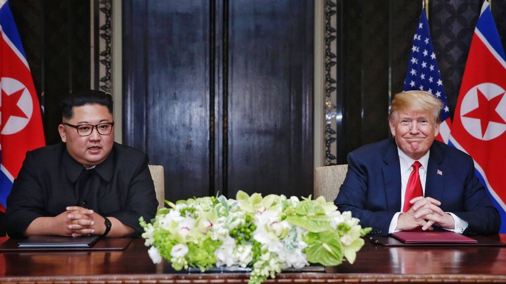 Foto: Donald Trump y Kim Jong-un, en el momento de la firma del acuerdo. (EFE)