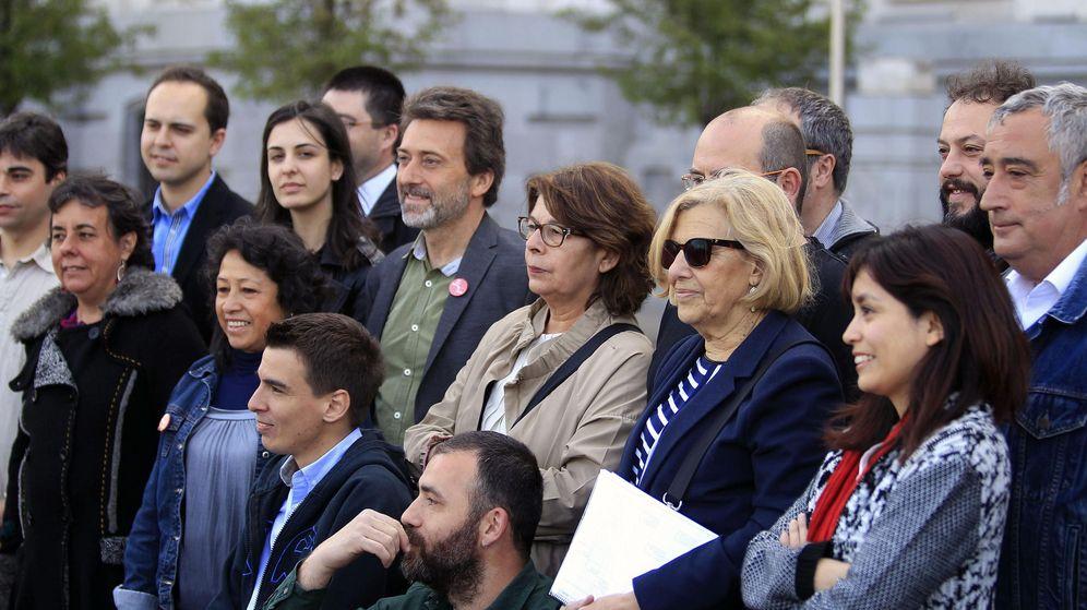 Foto: Manuela Carmena, con varios de los miembros de su futuro gobierno. (EFE)