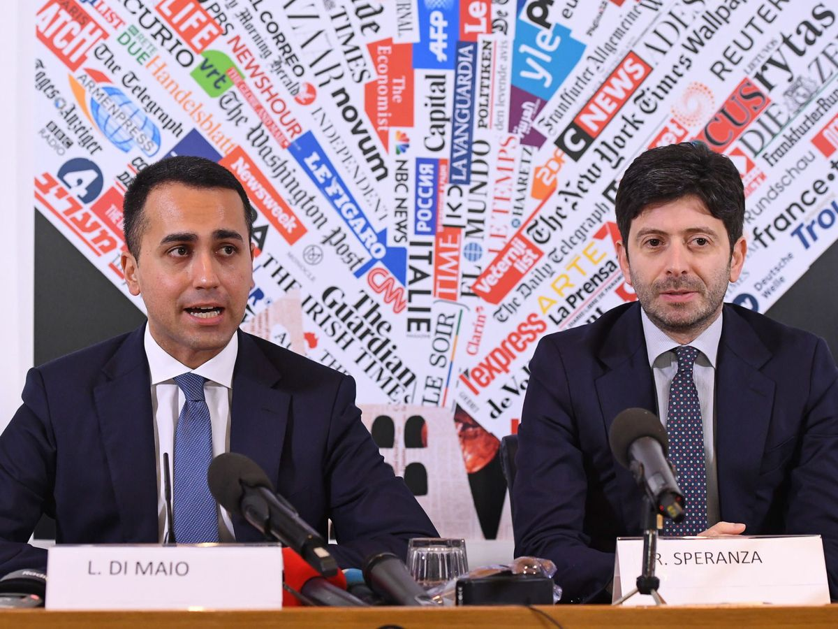 Foto: El ministro de Exteriores italiano Luigi Di Maio (i) y el titular de Sanidad, Roberto Speranza, esta mañana. (Reuters)