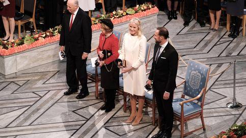 De blanco y con diadema: el look angelical de Mette-Marit para el Nobel de la Paz