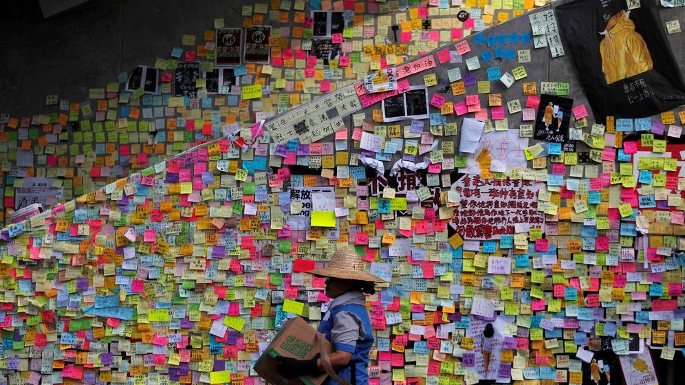 Foto: Un trabajador por delante de miles demensajes de los manifestantes de Hong Kong (Reuters)