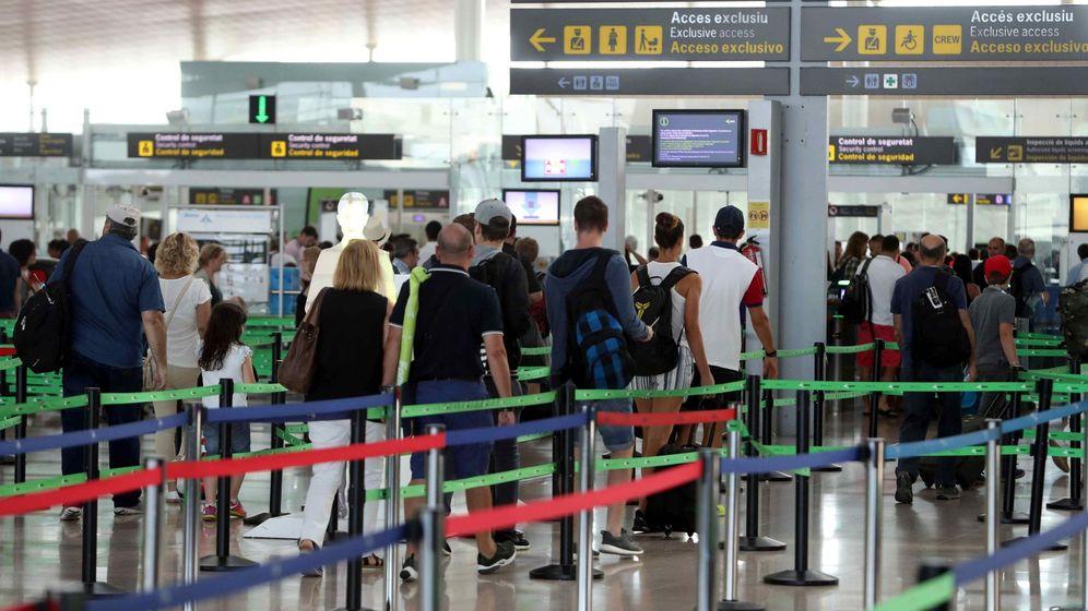Foto: Imagen del segundo día de huelga indefinida de los trabajadores de seguridad de Eulen en el Aeropuerto de El Prat el 15 de agosto. (EFE)