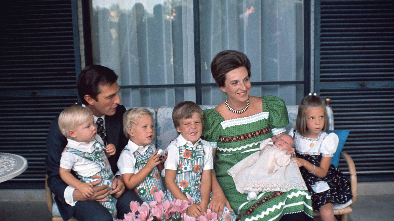 La infanta Pilar, con su marido y sus cinco hijos. (Getty)