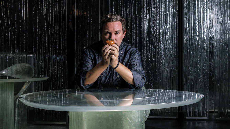 Foto: El chef Albert Adrià en el comedor del restaurante Enigma, en Barcelona.
