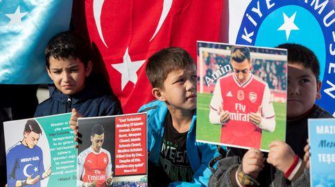 Aficionados turcos muestran fotografías de Mesut Oezil