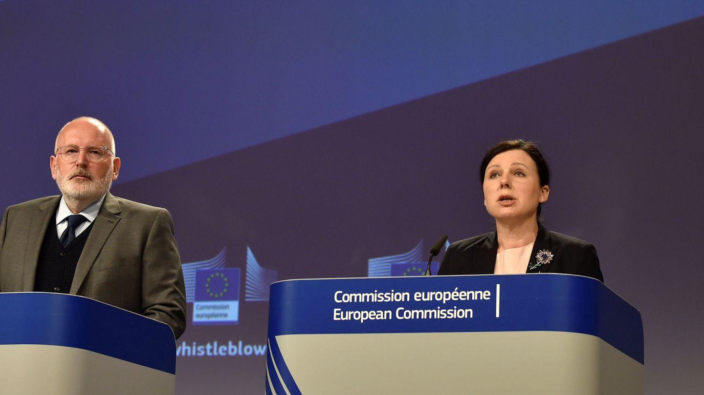 El vicepresidente de la CE, Frans Timmermans, y la comisaria Vera explican la proposición de directiva para proteger a los filtradores. (Eric Vidal / Reuters)