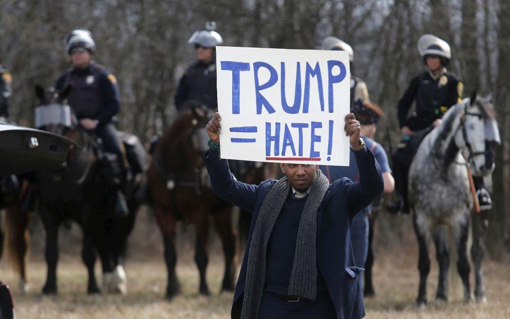 Foto: Un manifestante protesta contra el candidato republicano Donald Trump en Cleveland, Ohio, el 12 de marzo de 2016 (Reuters)