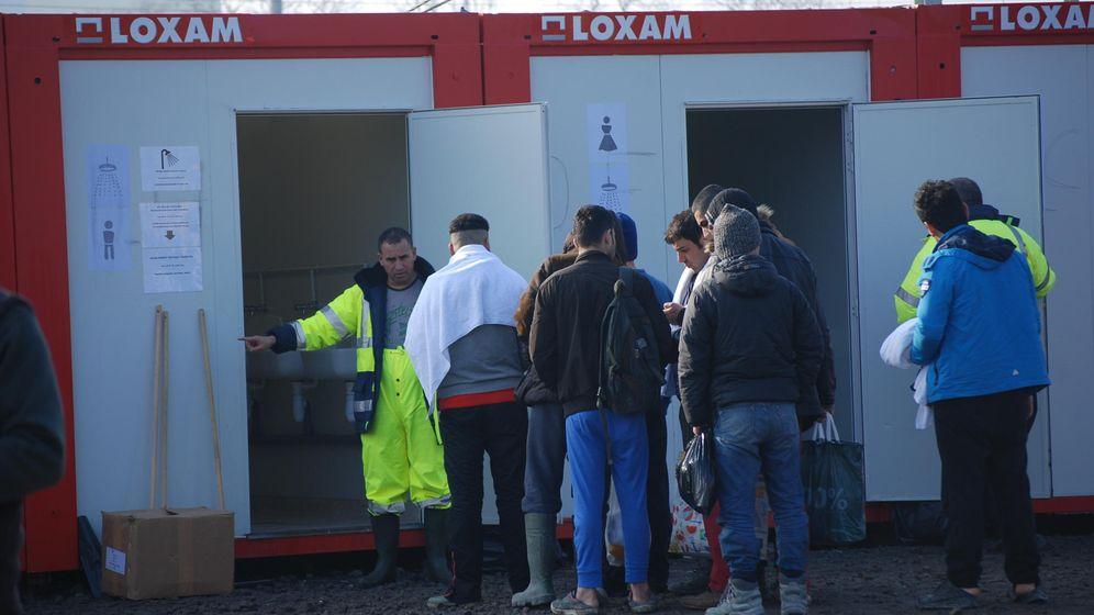 Foto: Cola en las duchas para hombres del nuevo campamento de refugiados de Médicos sin Fronteras en Grande-Synthe.