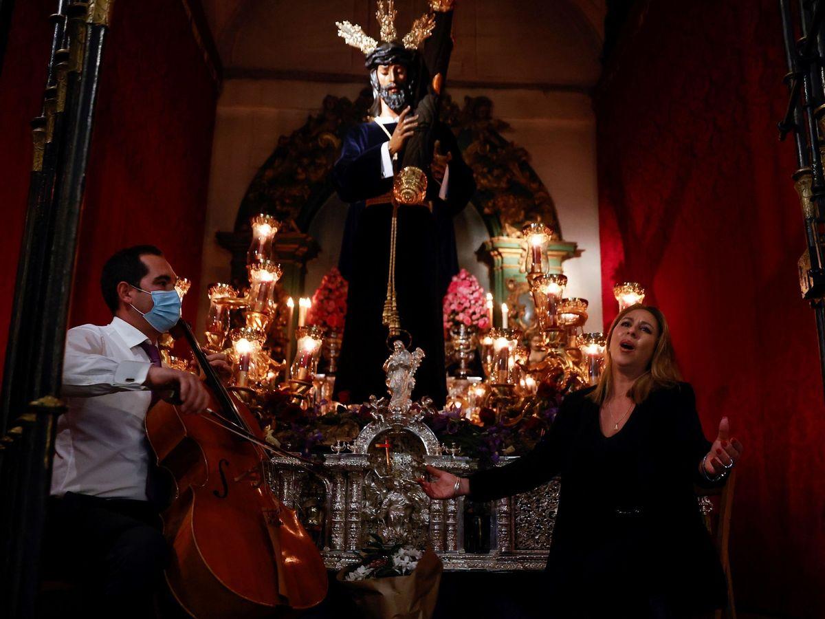 Foto: Celebración del Miércoles Santo, víspera de Jueves Santo, en la Iglesia del Carmen de Madrid (EFE)