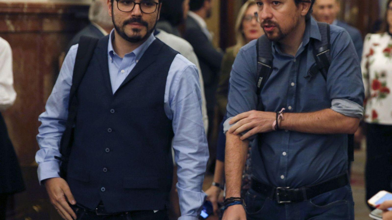Foto: El líder de Podemos, Pablo Iglesias, y el líder de IU, Alberto Garzón, conversan en los pasillos del Congreso. (EFE)