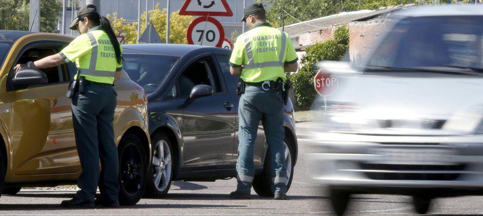 Foto: Agentes de la Guardia Civil de Tráfico, durante una campaña de vigilancia. (Efe)