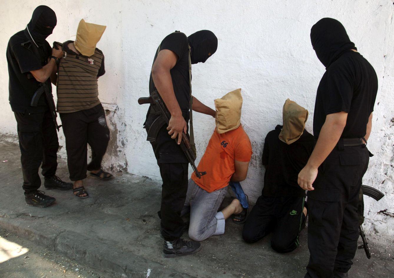 Foto: Milicianos de Hamás se disponen a ejecutar palestinos acusados de colaborar con Israel en Ciudad de Gaza, el 22 de agosto de 2014 (Reuters).