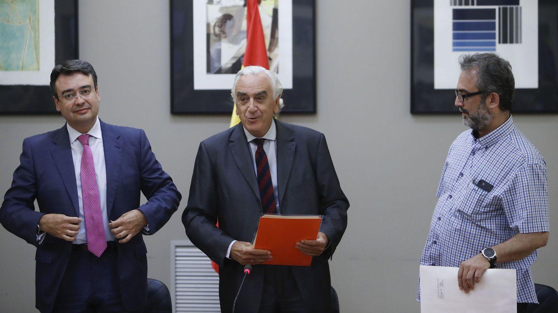 El presidente del CES y árbitro, Marcos Peña, flanqueado por Emilio García Perulles, director Nacional de Eulen, y Juan Carlos Giménez, asesor del comité de huelga. (EFE)