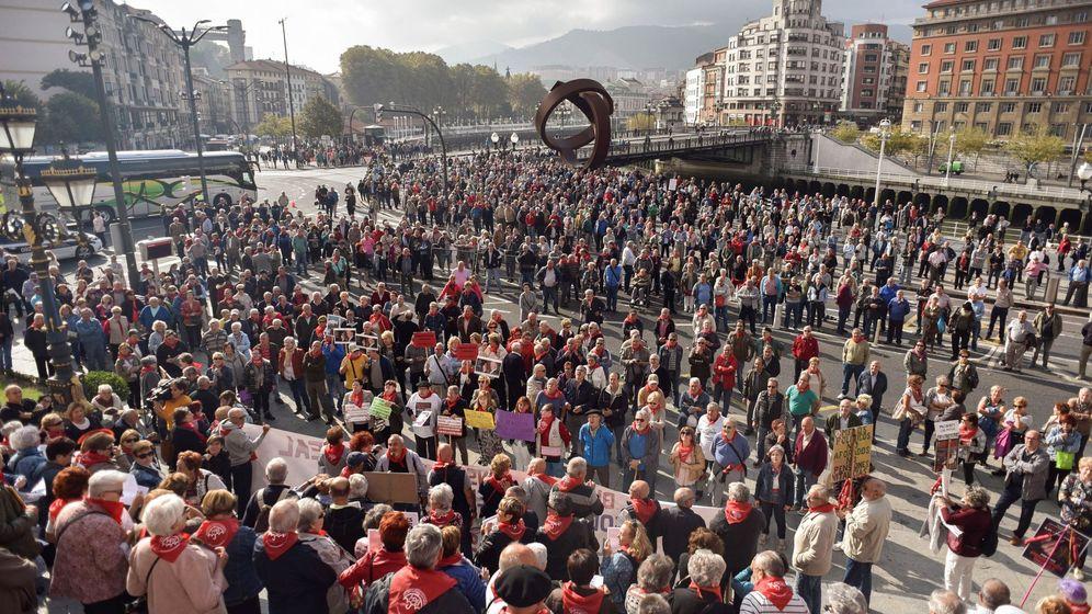 Foto: Concentración de jubilados y pensionistas ante el Atyuntamiento de Bilbao el pasado lunes. (EFE)