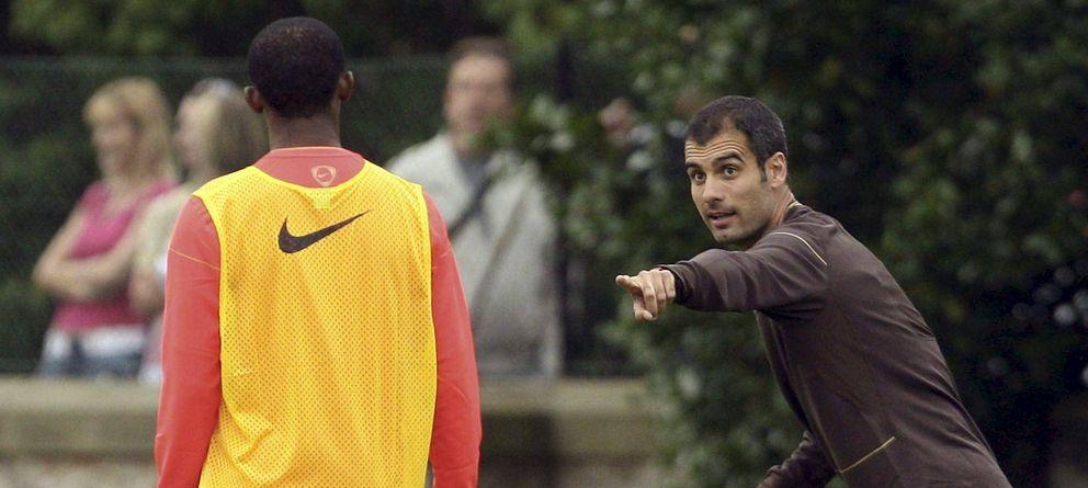 Foto: Guardiola da indicaciones a Samuel Eto'o durante un entrenamiento (Efe).