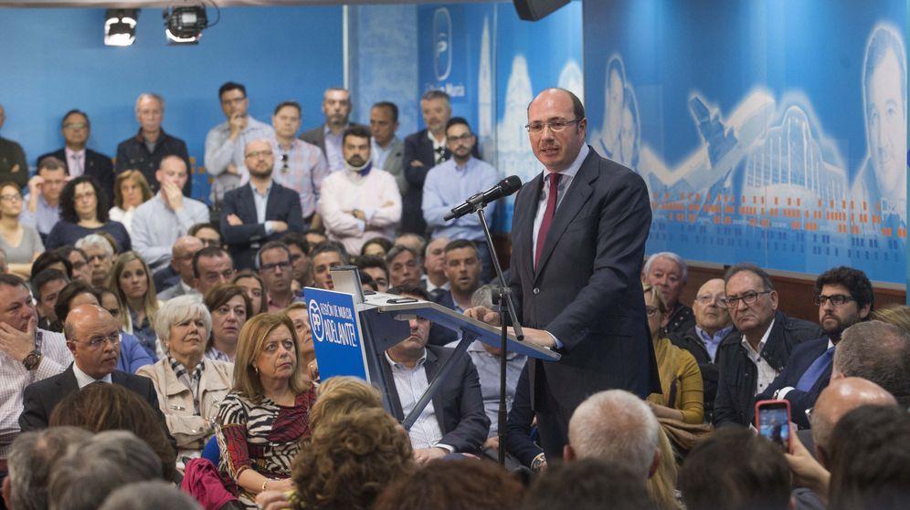 Foto: El expresidente de la Región de Murcia Pedro Antonio Sánchez (d), tras anunciar su dimisión. (EFE)