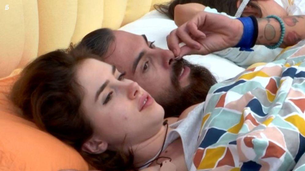 Foto: Carlota y José María en la cama en 'GH Revolution'. (Mediaset España)