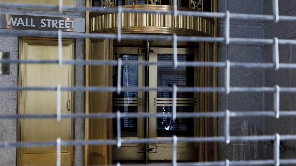 Foto: Una de las puertas de acceso a Wall Street, cerrada por la pandemia. (Reuters)