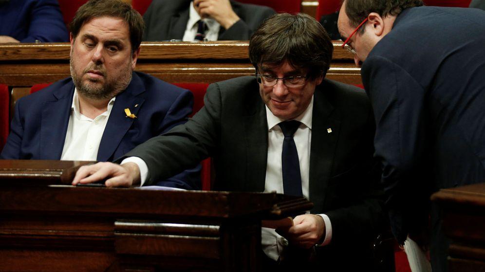Foto: Miquel Iceta junto a Puigdmeont y Junqueras en el Parlament. (Reuters)