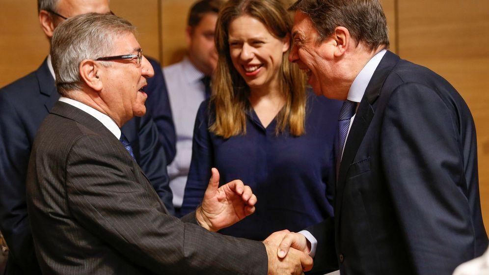 Foto: Planas conversa con su homóloga holandesa y el comisario Europeo de Medio Ambiente, Karmenu Vella, en su estreno como ministro. (EFE)