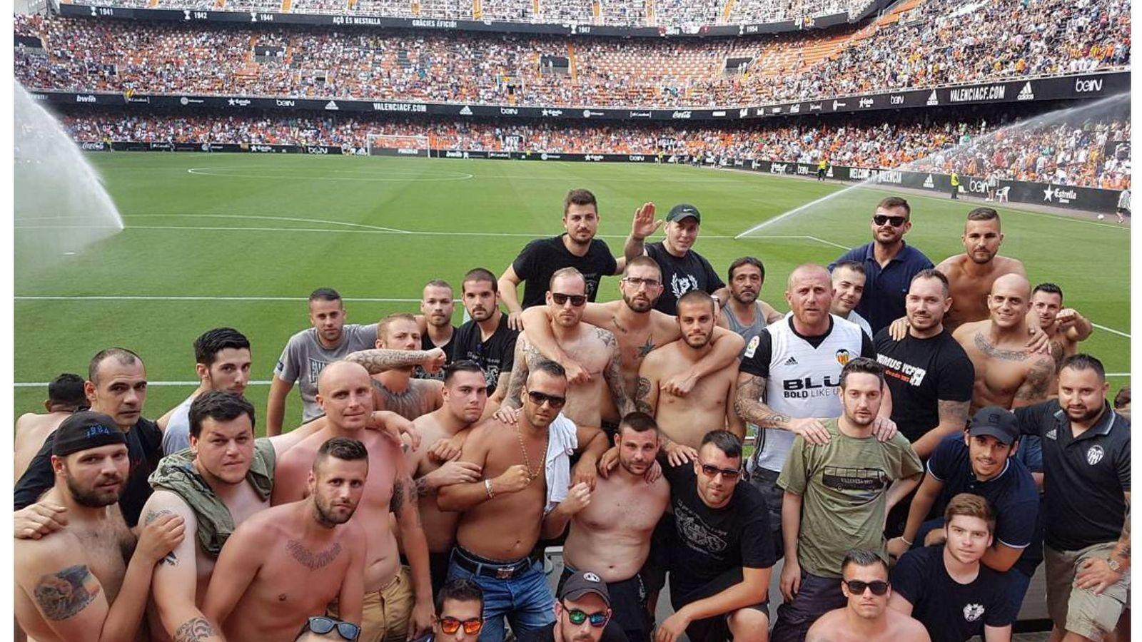 Foto: Simpatizantes de los Yomus, en el campo de Mestalla.