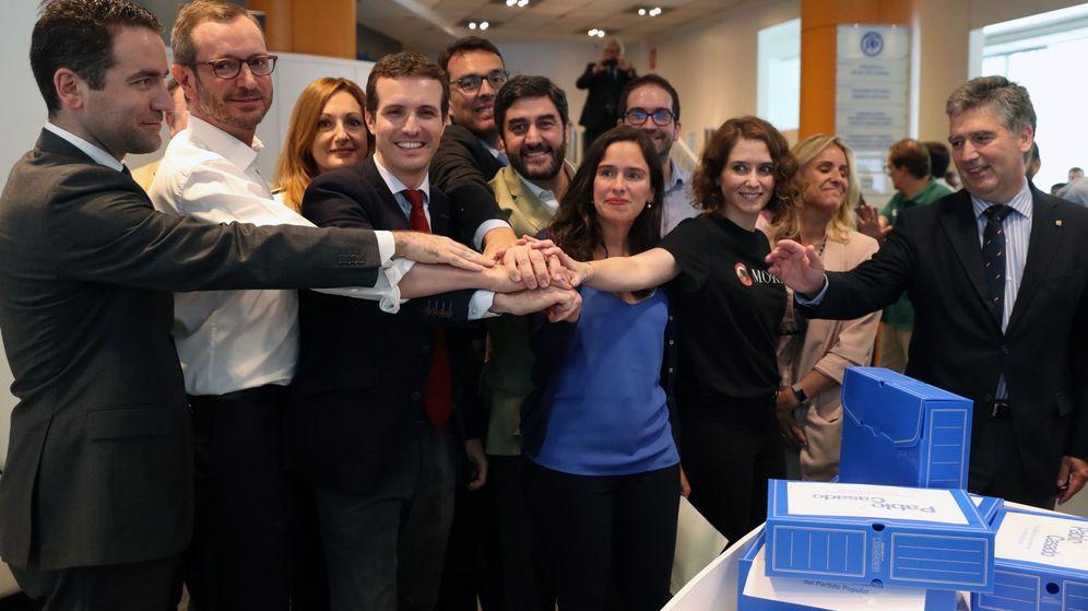 Foto: Pablo Casado, en el centro de la imagen, este miércoles, tras presentar sus avales para competir por la presidencia del PP. (EFE)